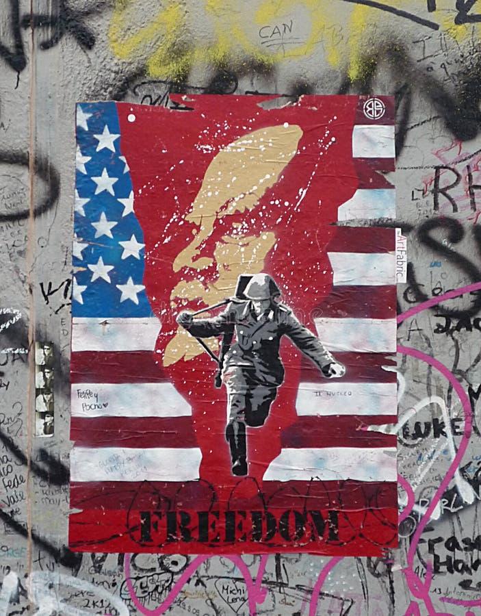 Pintura en el muro de Berlín en la galería de la zona este fotos de archivo libres de regalías