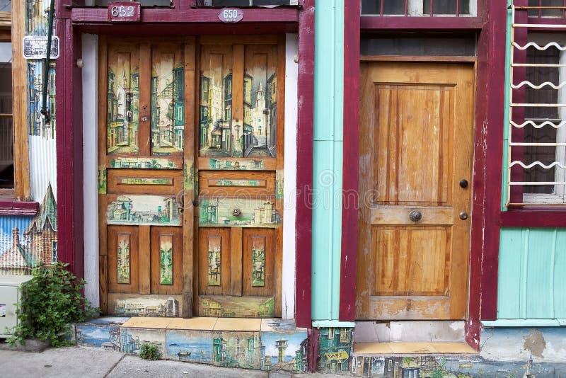 Pintura en la puerta en Valparaiso, Chile fotografía de archivo