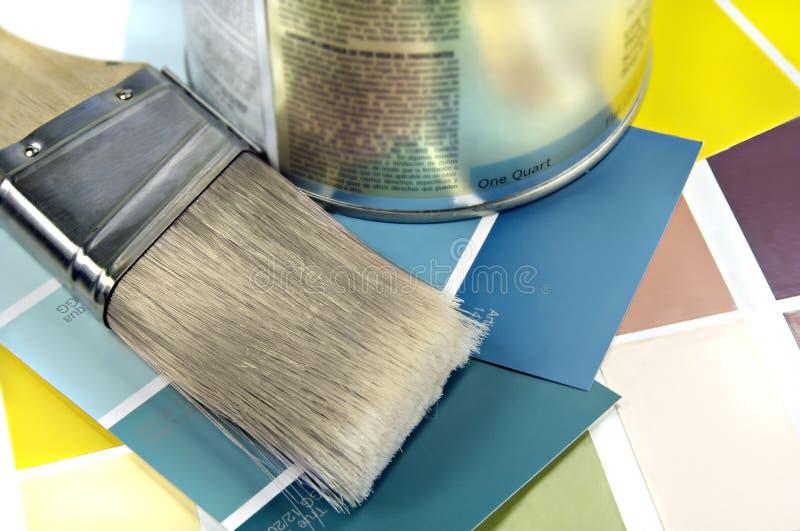 Pintura, escova e amostras da cor foto de stock