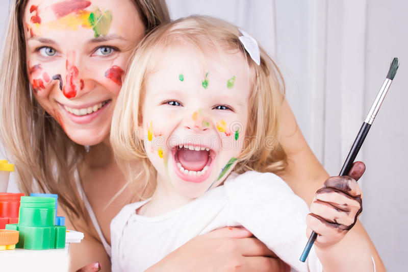 Pintura feliz da matriz e da filha foto de stock