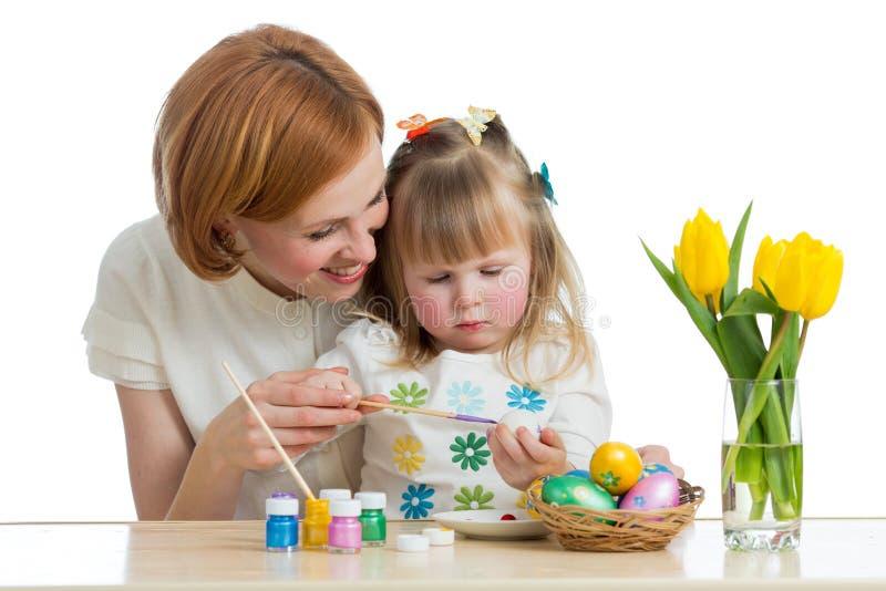 Pintura feliz de la hija de la madre y del niño en los huevos de Pascua imagen de archivo