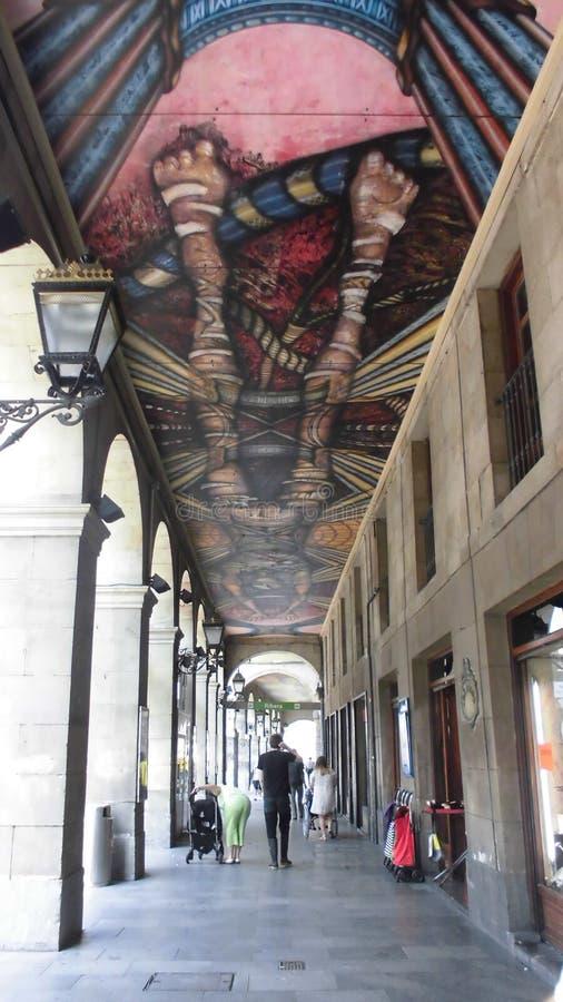 A pintura fez no telhado de um corredor pedestre exterior para proteger contra o sol e a chuva imagem de stock royalty free