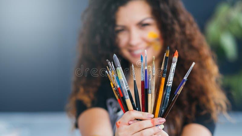 A pintura fornece as mãos da variedade do pincel fotografia de stock