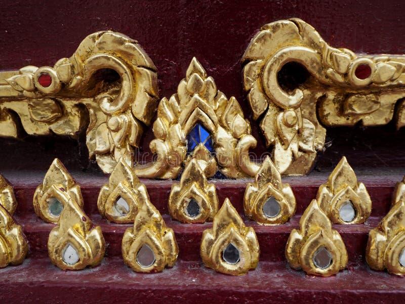 Pintura gravada tailandesa do teste padrão de flor com ouro imagens de stock royalty free