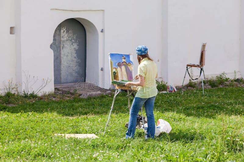 Pintura joven de los artistas en las paredes de una catedral antigua imagenes de archivo