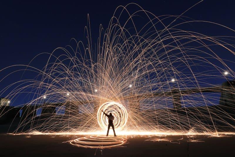 Pintura ligera creativa única con la iluminación del fuego y del tubo imagen de archivo