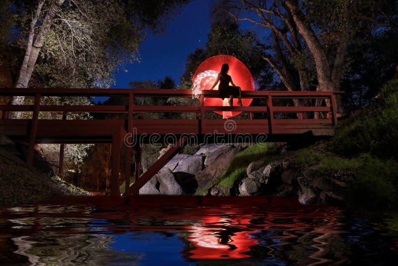 Pintura ligera creativa con la iluminación del tubo de color con paisajes foto de archivo libre de regalías