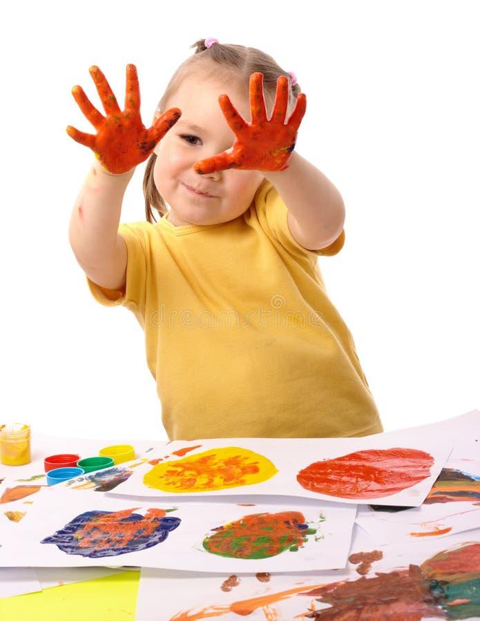 Pintura linda del niño usando las manos fotos de archivo