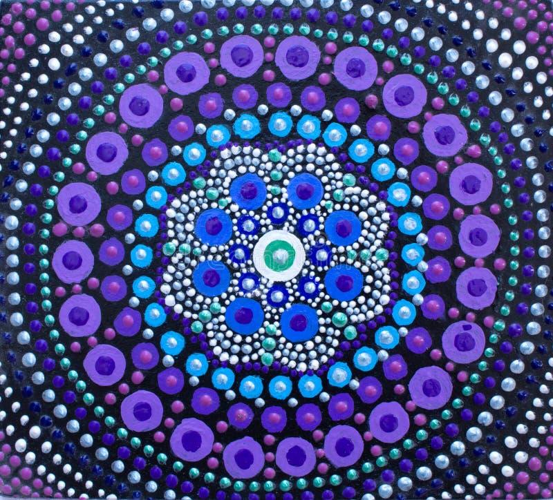 Pintura, mandala, colores brillantes Lila en negro stock de ilustración
