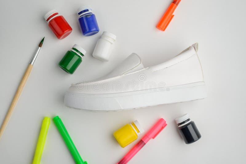 Pintura, marcadores, cepillo y zapato imagenes de archivo