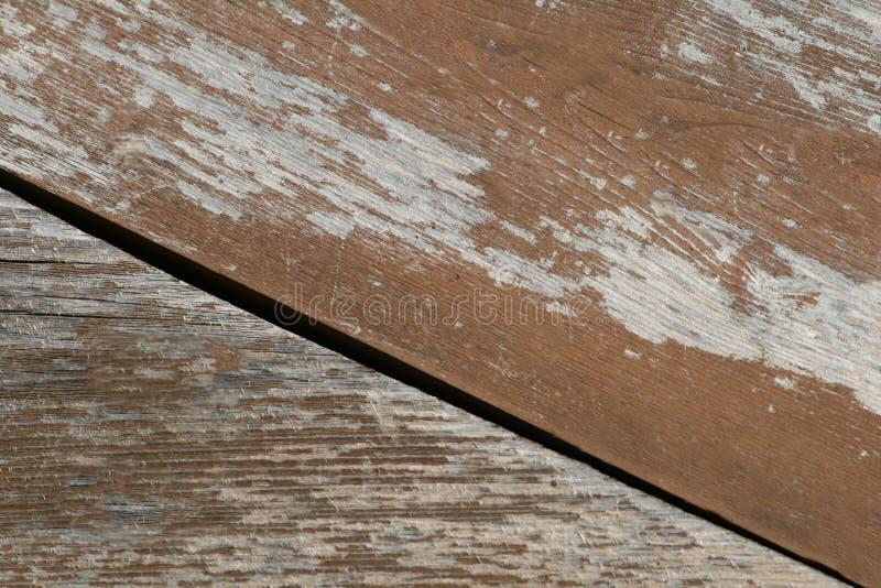 Pintura marrón escamosa en la vieja superficie de madera del tablero imágenes de archivo libres de regalías
