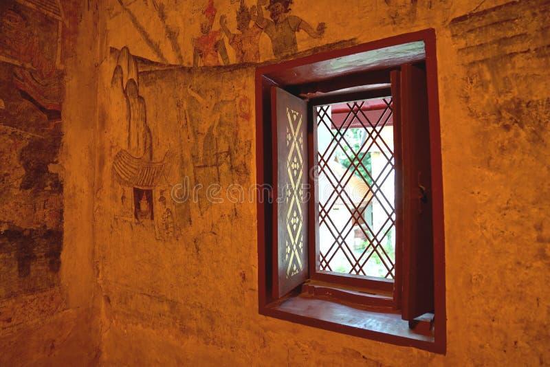 Pintura mural antigua en la pared del pasillo principal de Wat Phumin foto de archivo libre de regalías