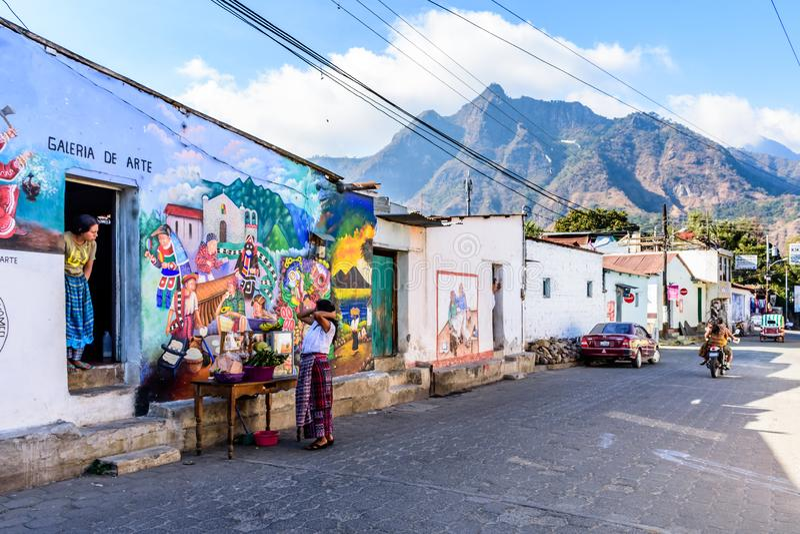 Pintura mural da rua com o parque nacional do nariz indiano atrás, San Juan la Laguna, lago Atitlan, Guatemala imagem de stock