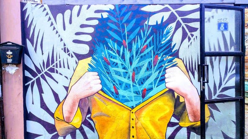 Pintura mural de la mujer en el yelow más dulce fotos de archivo libres de regalías