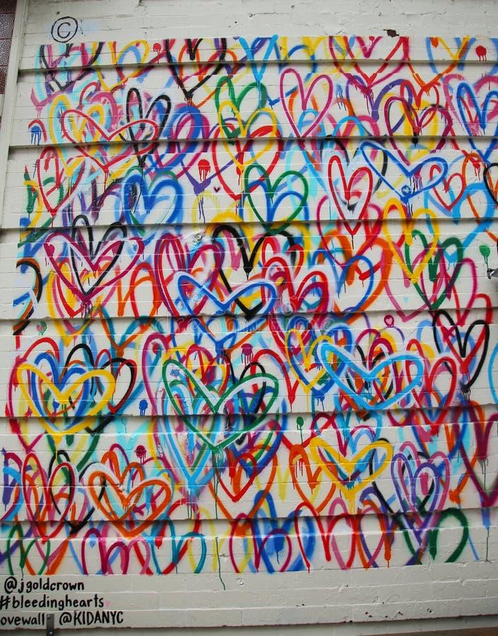 Pintura mural de Lovewall dos corações de sangramento pelo artista JGoldcrown em Soho em Manhattan foto de stock royalty free
