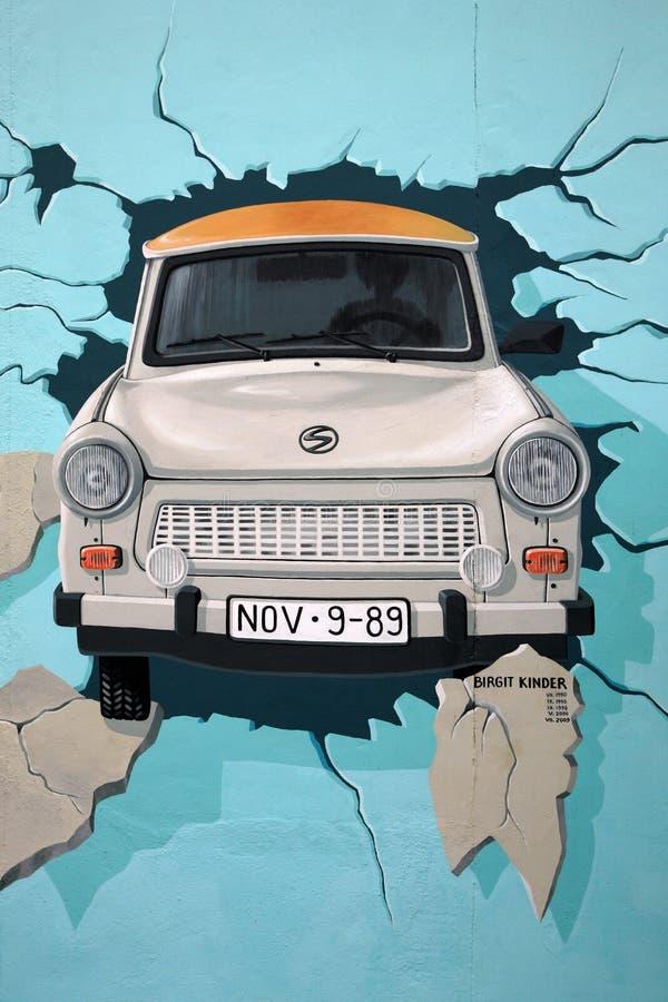 Pintura mural do carro de Trabant que quebra através de Berlin Wall ilustração stock