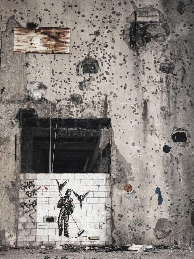 Pintura mural do estêncil do protesto da paz em Beirute central Líbano fotos de stock royalty free
