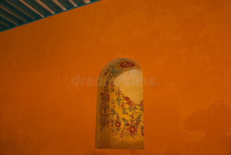 Pintura mural na parede: flores e sol do desenho Arquitetura amarela da igreja e do colonial em San Francisco de Campeche , Méxic fotografia de stock