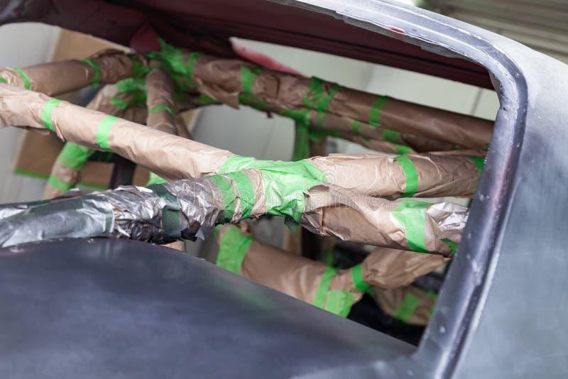 A pintura na cor cinzenta e preta da parte externa do quadro do carro desmontado após o acidente o interior é selada com fotografia de stock royalty free