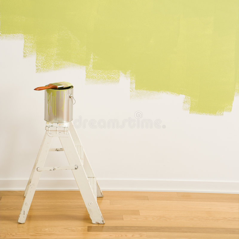 A pintura pode na escada. foto de stock royalty free