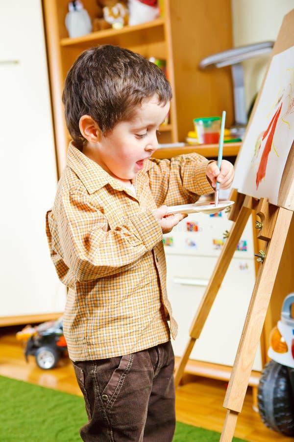 Pintura pré-escolar do menino imagem de stock royalty free