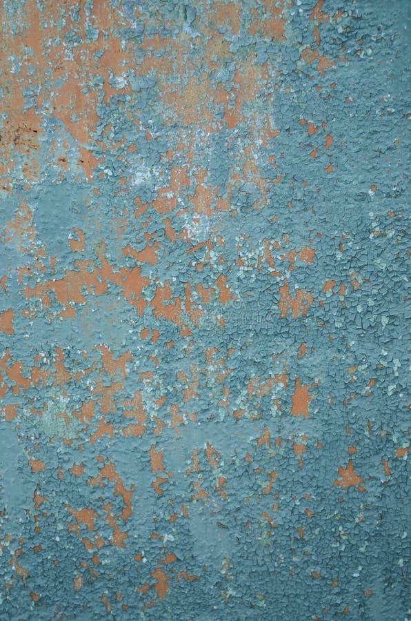 Pintura rachada velha do fundo vertical na cerca, laranja da primeira demão, descascando o verde da pintura imagem de stock royalty free