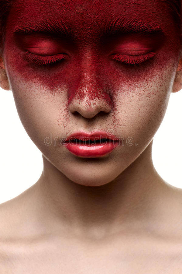 Pintura roja en la cara de la muchacha de la belleza fotografía de archivo libre de regalías
