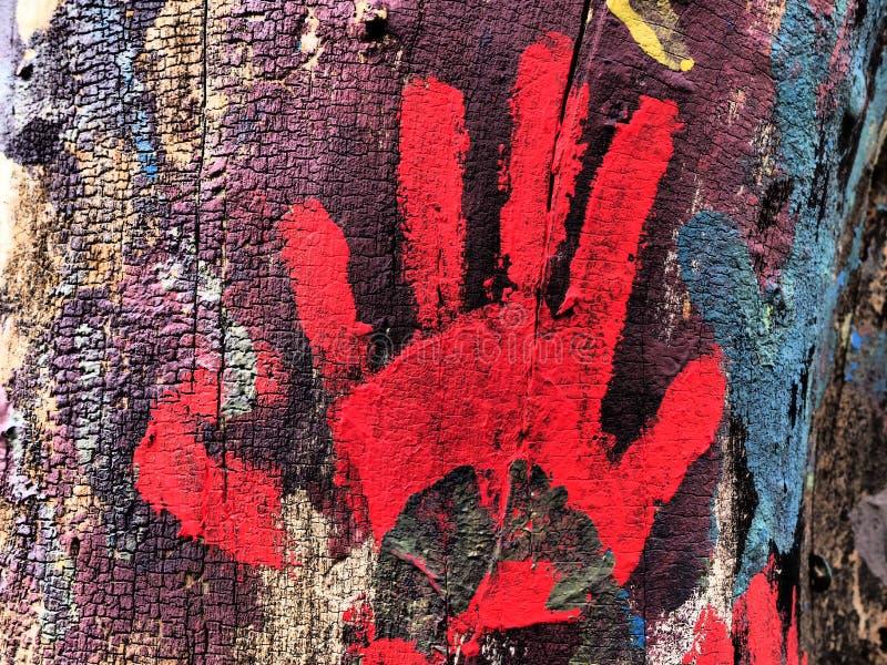 Pintura roja hecha con el handprint en árbol imagen de archivo libre de regalías