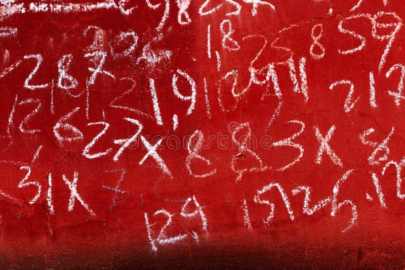 Pintura roja resistida en la cual diversas figuras del extracto son dibujadas por los niños Movimientos del cepillo fotografía de archivo