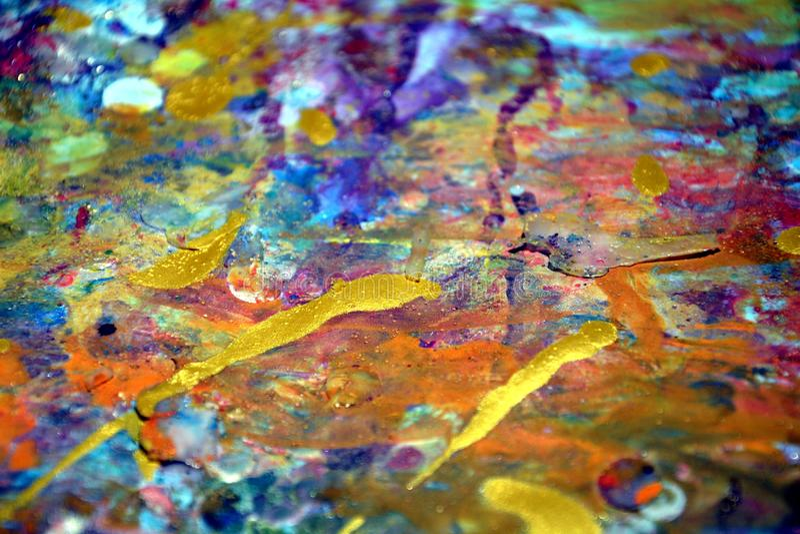 A pintura roxa colorida do ouro do amarelo alaranjado espirra, cores cerosos vívidas coloridas, fundo criativo dos contrastes fotos de stock