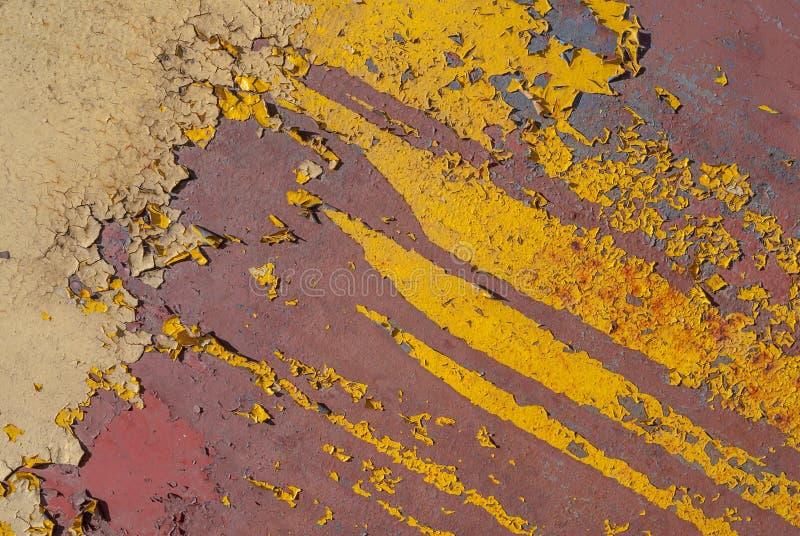Pintura saltada, superficie pintada del hierro con una corrosión del metal, viejo fondo con la peladura y pintura que se agrieta  imagen de archivo