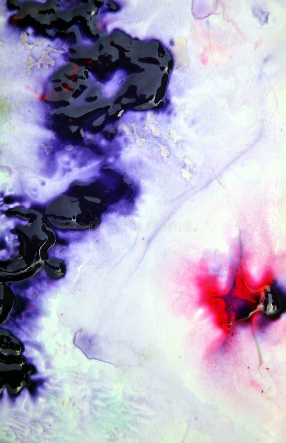 A pintura vermelha preta roxa azul molhada da mistura mancha o fundo, a pintura e a água foto de stock royalty free