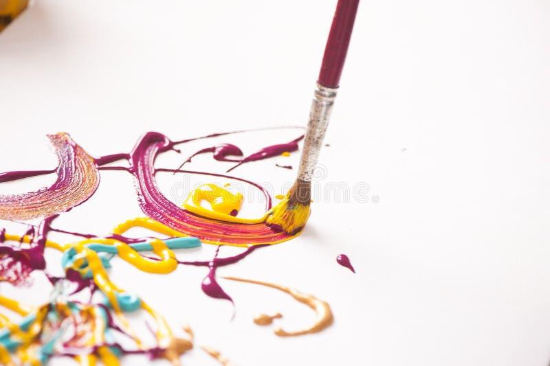 Pintura y cepillos imagen de archivo libre de regalías