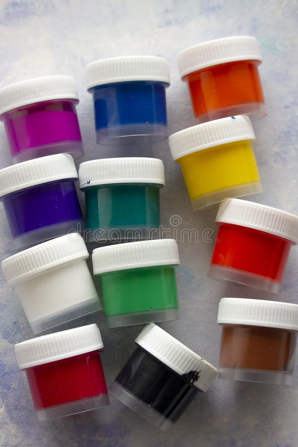 Pinturas acrílicas coloridas isoladas nas garrafas plásticas fotos de stock