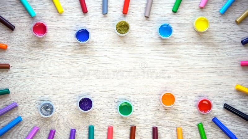 Pinturas coloridas e canetas com ponta de feltro que encontram-se na tabela, no projeto e nos cursos dos gráficos imagem de stock royalty free