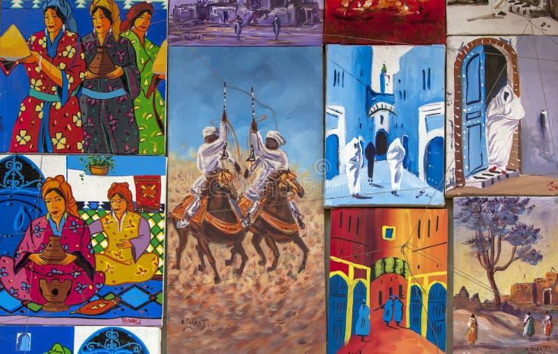 Pinturas coloridas en la exhibición en una galería en el Essaouira Medina en Marruecos fotografía de archivo libre de regalías