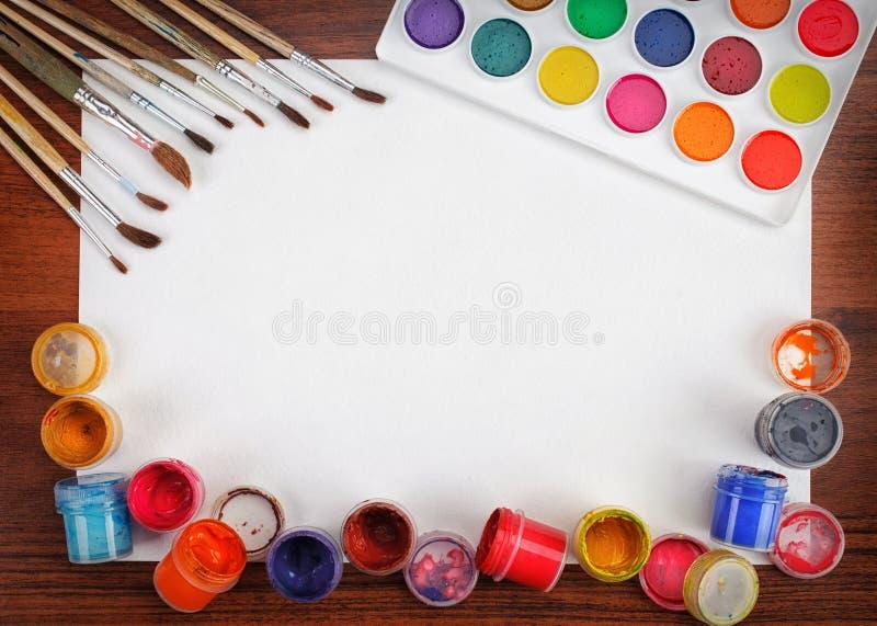 Pinturas da aquarela e folha vazia branca das escovas fotos de stock