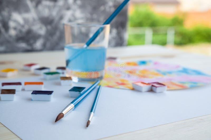 Pinturas da aquarela e fontes de tiragem imagens de stock royalty free