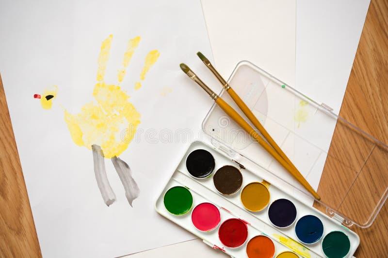 Pinturas da cor de água do desenho do ` s das crianças em um papel imagens de stock royalty free