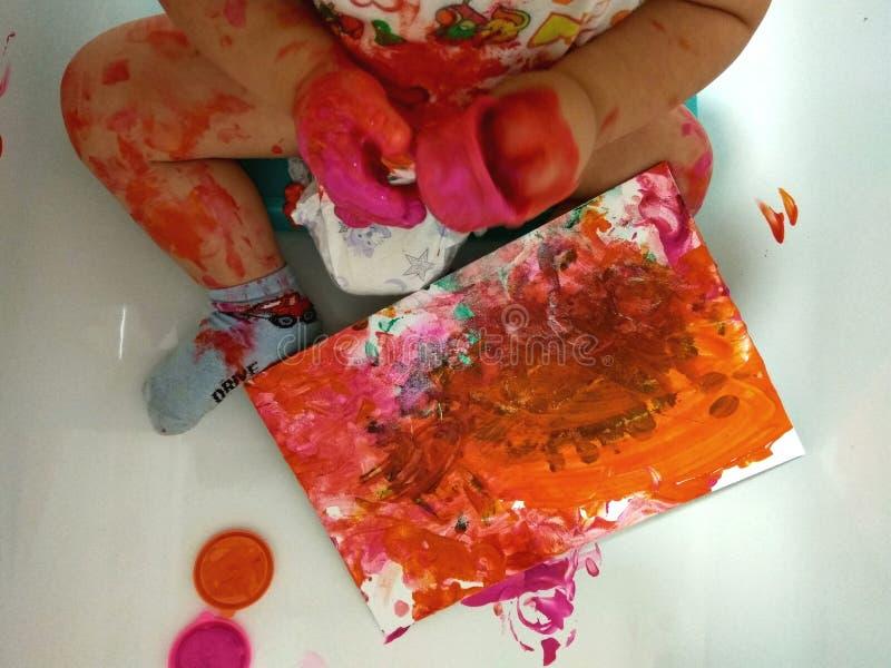 Pinturas da criança com com os dedos fotografia de stock