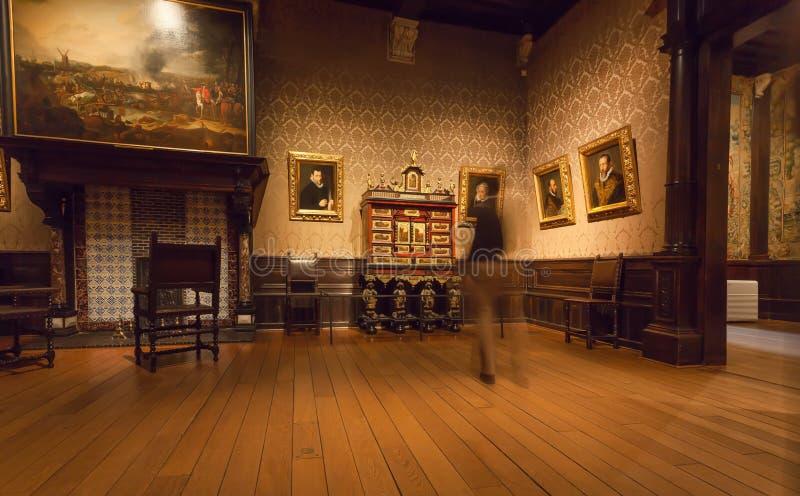 Pinturas de observação do visitante dentro do museu de Plantin-Moretus, local da impressão do patrimônio mundial do UNESCO imagens de stock