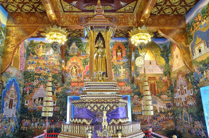 Pinturas de pared de oro de la estatua y del público de Buda en Wat Wat Chedi Luang Chiangmai fotografía de archivo