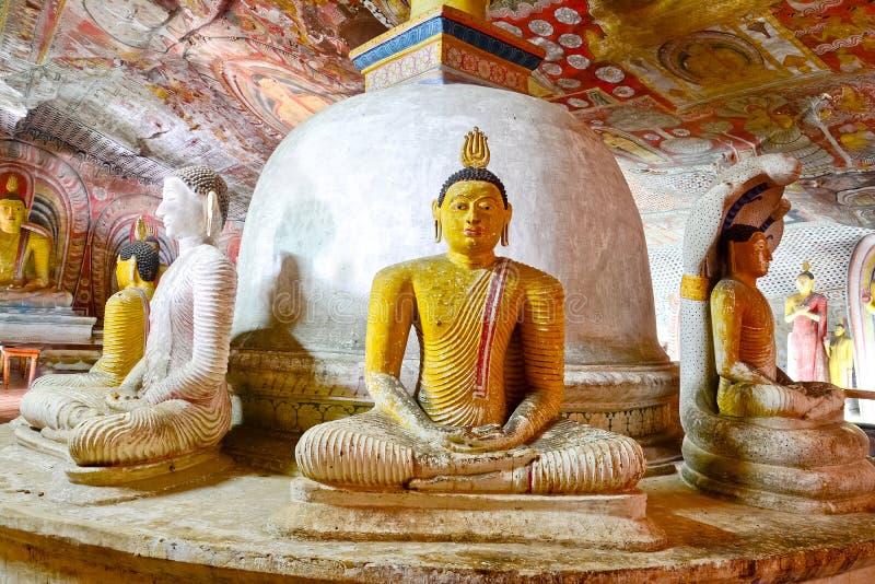 Pinturas de pared y estatuas de Buda en el templo de oro de la cueva de Dambulla fotos de archivo