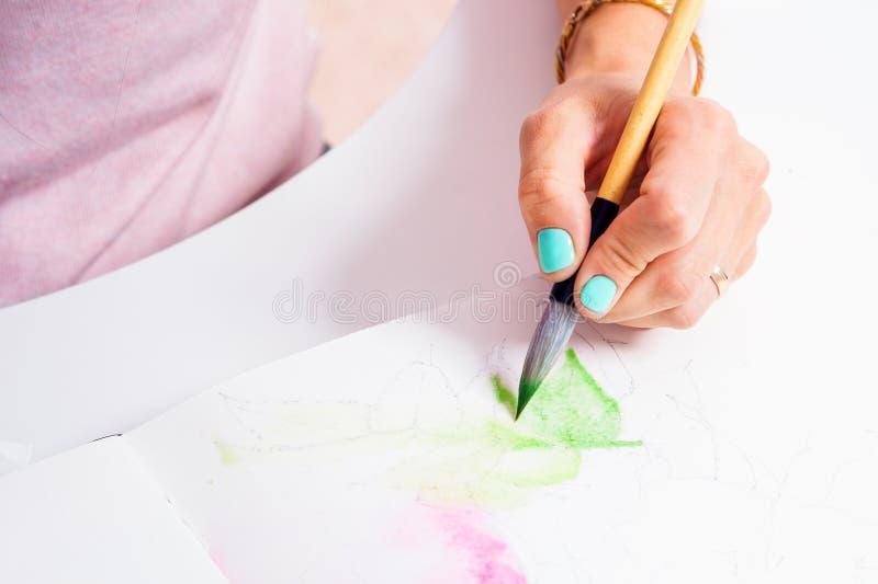 Pinturas do artista do close-up imagens de stock