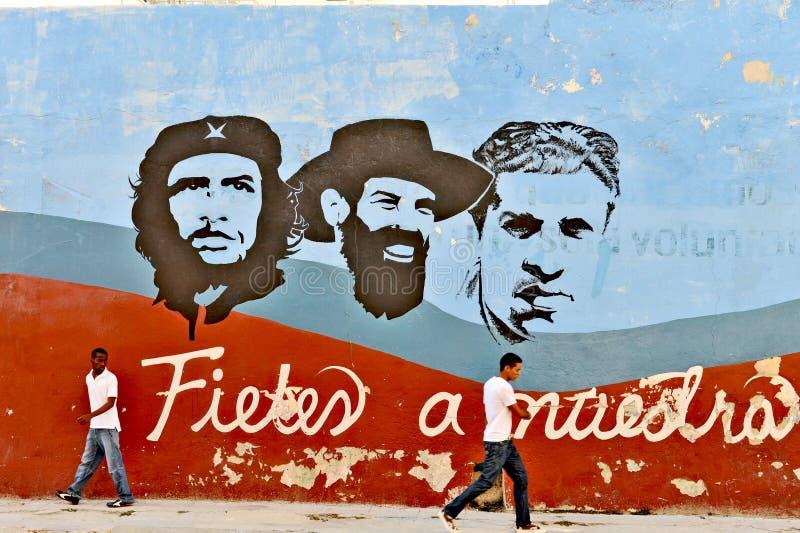 Pinturas dos grafittis e de parede que representam os heróis nacionais cubanos, em Havana foto de stock