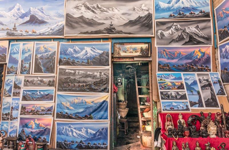 Pinturas e cartões de Monte Everest para turistas na tenda local da arte e do ofício em Kathmandu imagem de stock