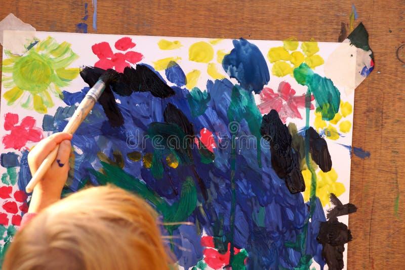 Pinturas e escova da cor de água do desenho do ` s das crianças foto de stock
