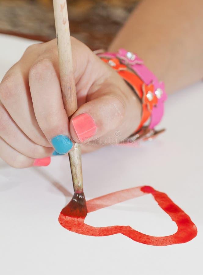 Pinturas e escova da cor de água para tirar por pinturas nas mãos de fotografia de stock royalty free