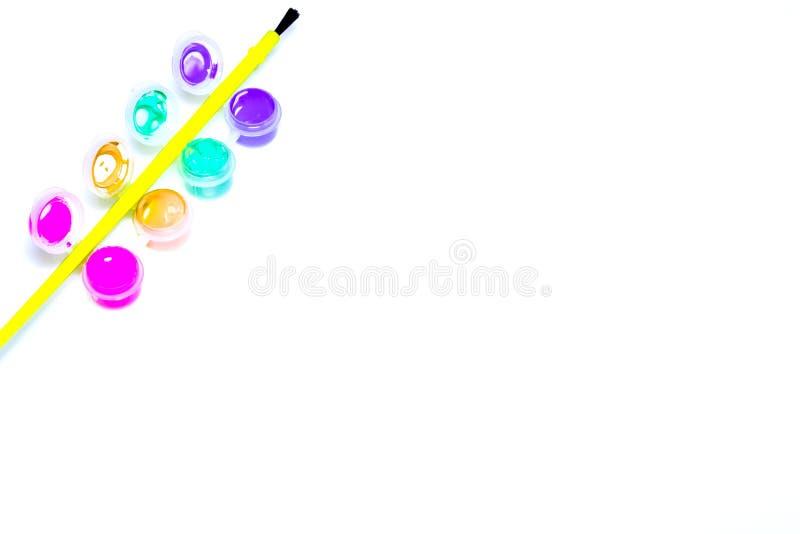 pinturas e escova isoladas no fundo branco imagem de stock