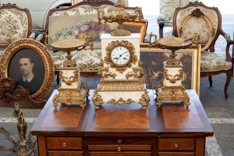 Objetos do vintage na feira da ladra foto de stock
